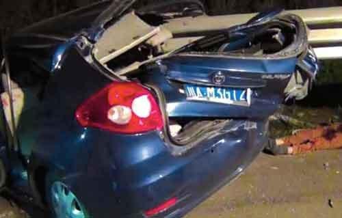 蓝色小车已严重变形
