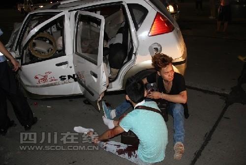 受伤的两个年轻男子