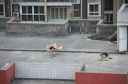 在楼顶纳凉的大学生。熊强摄