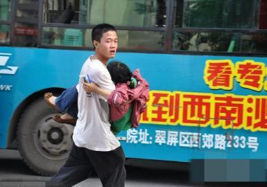 6月7日,高考前20分钟,黄子恒抱起昏迷女生跑去送医。(图据网络)