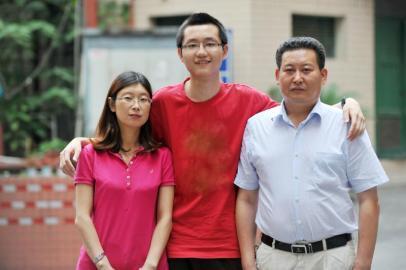 6月23日,四川高考理科第二名罗又源和他的老师。