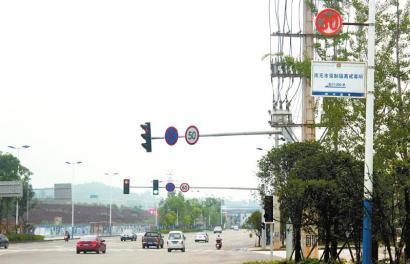 南充潆华工业园区一路口设有三个限速牌