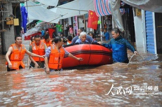 达州暴雨致亭子镇百年老街被淹