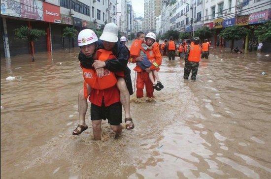 广元遭遇暴雨袭击,救援人员转移被困群众。