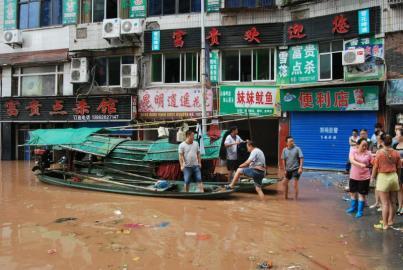 洪水漫进渠县滨河路 市民忙搬货