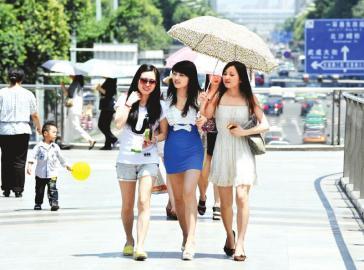 连日高温,墨镜、凉鞋、太阳伞,成了市民出行的必备品。 张磊摄