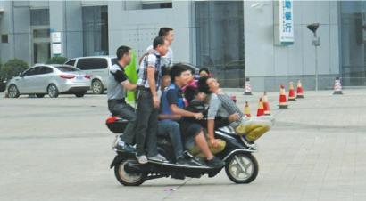 七小伙儿共乘一辆电动车。