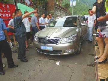 8月6日,广元明月峡收费站前,交不出IC卡的两辆车堵了收费站。(图据网络)