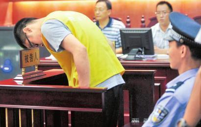 8月21日,成都武侯区人民法院庭审现场,林锋(化名)鞠躬向受害人道歉。