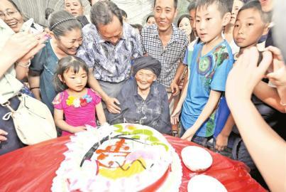 8月25日,吹完生日蜡烛老人露出了难得的笑容。
