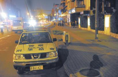 8月25日晚,警方在嫌疑人行凶的一环路北四段进行勘查。
