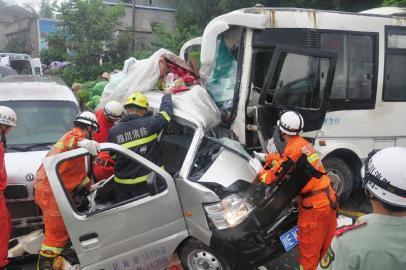 消防官兵对货车内被困人员进行救援。