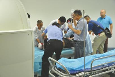 受伤民警接受治疗。