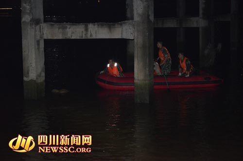 消防官兵乘坐橡皮艇前往打捞。