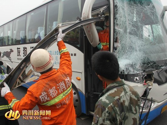 消防人员紧急救援转移车内被困乘客