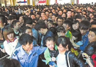 10月1日,成都新南门旅游客运中心,一位小朋友被挤得大哭。