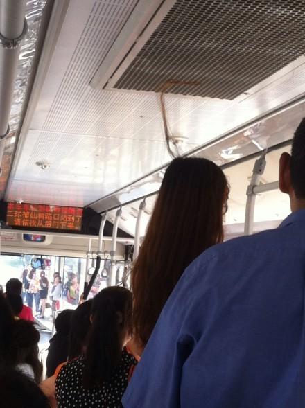 乘公交 长发被吸到空调里