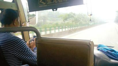 司机双手拿着手机,这还是在高速路上开车么?(图为视频截图)