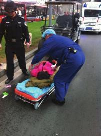 医护人员送母子俩去医院。