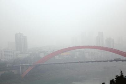 昨日的宜宾城区被大雾笼罩。曾江 摄
