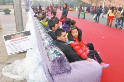 """11月2日,市民感受""""超长""""沙发。"""
