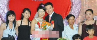 """张岩(右一)越南娶妻的照片作为""""成功案例""""发布在他所在公司网站上。"""