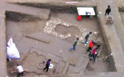 成体中心清理出一口水井。(图中圆圈处)