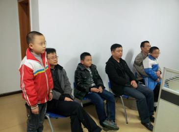 三名做好事的小孩和家长接受采访。罗轩摄