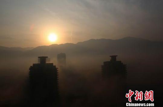 """11月30日,在四川华蓥市山区现美丽的""""海市蜃楼""""奇景。邱海鹰 摄"""
