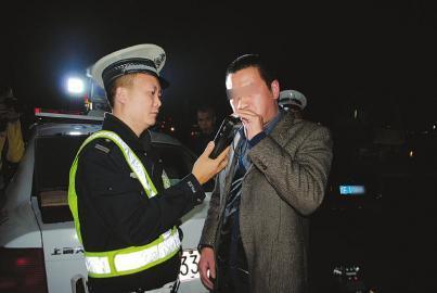 交警对司机进行酒精测试。