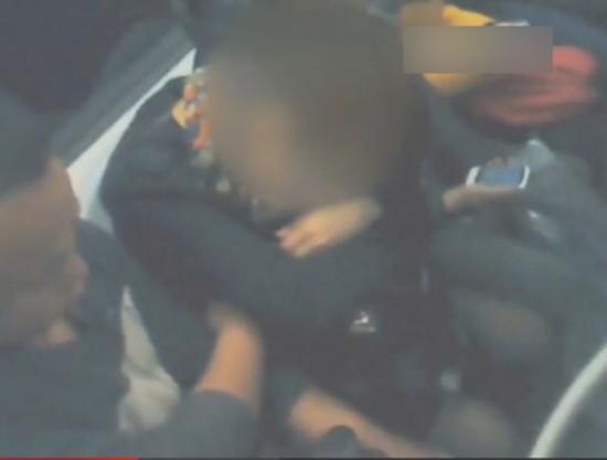 女乘客地铁被男子摸胸10分钟 视频拍摄者遭指责