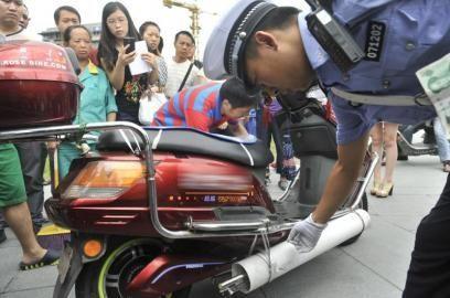 交警在检查改装的电瓶车(资料图片)。