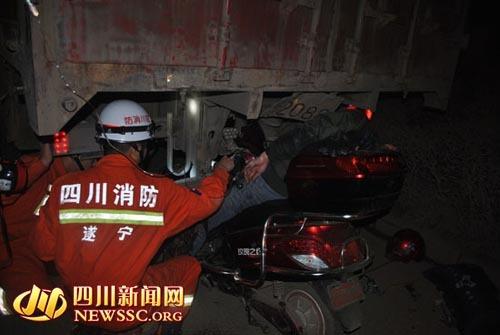 被困者电瓶车上熟睡等待救援。