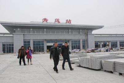 省政协委员贺勋(左)在青莲站调研。