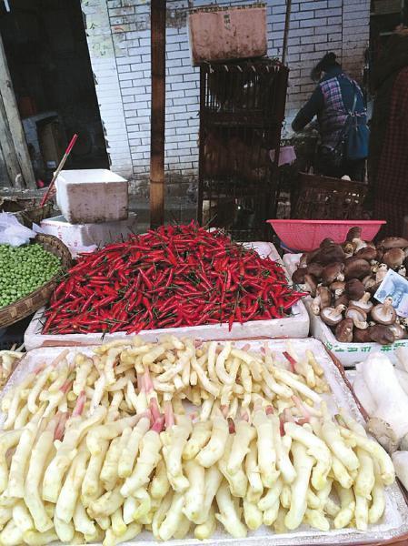 菜市上新鲜的仔姜。王瑶 摄
