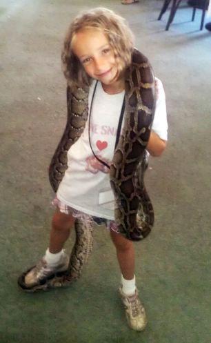 9岁女童与蛇同住同玩形影不离 养蛇30条含巨蟒