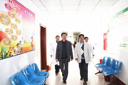 新任院长陈斌(左)熟悉医院科室员工