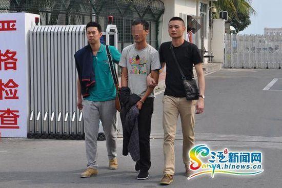 犯罪嫌疑人于某龙被依法押解回三亚
