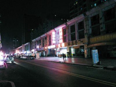 3月11日,扫黄后晚上8点天鹅湖路冷清的街道。以前,这里都是人和车辆,街边站满了小姐。新京报记者 林野 摄