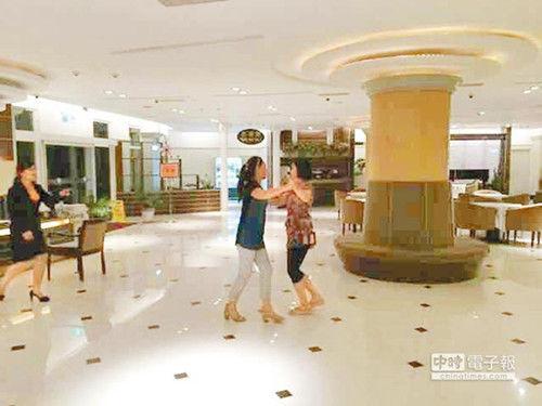 2名大陆游客日前在澎湖马公市海豚大饭店大厅翩然起舞,立即被饭店人员制止。《中时电子报》