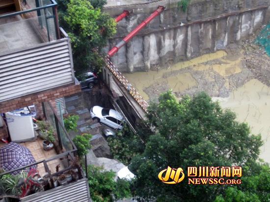 小区居民从楼上拍摄的塌方照片(来自于小区居民)