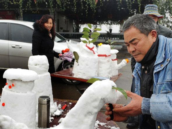 景区村民堆雪人卖