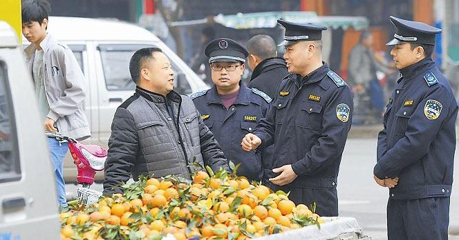 四川中江城管大队长换位体验 夜市叫卖手提包