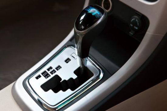 新款比亚迪F3内饰最大的变化在于中控台布局部分,黑色面板的区域比现款车型的面积更大。经过全新设计后的中控台立体感更强,并配置了一块较大尺寸的液晶触摸屏,空调出风口的形状也改为更加动感的扇形设计。更值一提的是,新F3全系还可选装深色内饰,照顾了年轻消费者的喜好。 新比亚迪F3内饰