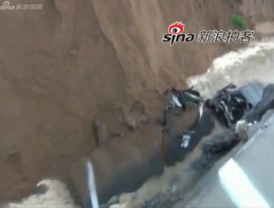 临沂一桥梁倒塌迎亲车队坠入河道