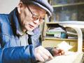 73岁老人为让孙子回家过年 被迫学上网抢票